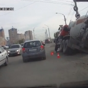 В Омске машина снова ушла под землю