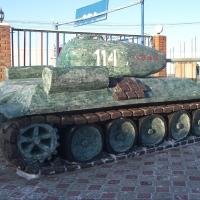 """Омские заключенные сделали из снега """"Тополь-М"""" и танк Т-34"""