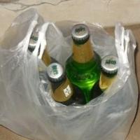 В Омске молодые рецидивисты отобрали у мужчины пакет с алкоголем