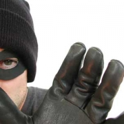 Интернет-знакомый ограбил омичку почти на 200 тысяч