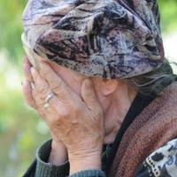 В Омске вор сорвал с шеи 76-летней пенсионерки золотой  крестик