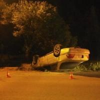 В Омске поздним вечером перевернулась иномарка
