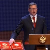 На инаугурации Миронов подарил Буркову кирпич и рубанок