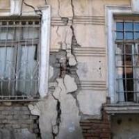 В Омской области региональное минимущества обязали расселить жильцов аварийного дома