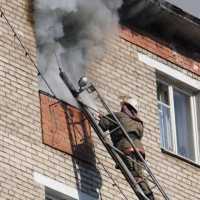 При пожаре в омской пятиэтажке были эвакуированы восемь человек