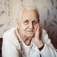 """В Омске мошенники шантажом и """"колдовством"""" вымогают деньги у старушек"""