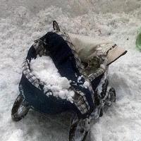 Упавший с крыши снег травмировал годовалого ребенка в Омске