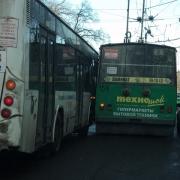 В центре Омска столкнулись автобус и троллейбус