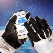 Омичи поздравят космонавтов по SMS