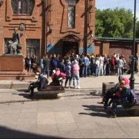 Люди ночуют у консульства Казахстана в Омске