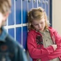 Омич кулаками и нецензурной бранью учил подростка вежливому отношению к одноклассницам