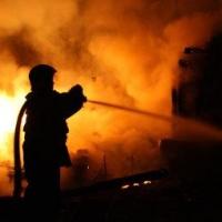 В Центральном округе Омска МЧС России ликвидирует пожар на складе нефтепродуктов