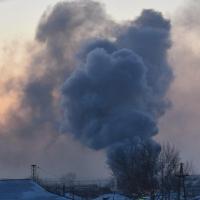 Омские пожарные тушат цех по производству пиломатериалов