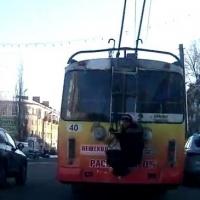 Видео: Омич прокатился по Нефтяникам, зацепившись за  троллейбус
