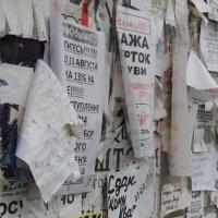 На Левобережье очищают столбы и фасады зданий от незаконной рекламы