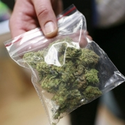 Омские полицейские забрали себе наркотики