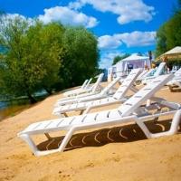 Омичам на центральном пляже будут бесплатно выдавать лежаки