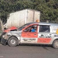 В Омске грузовик протаранил три машины и врезался в забор