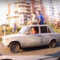 В Омске на Завертяева горе-экстремалы прокатились на крыше авто