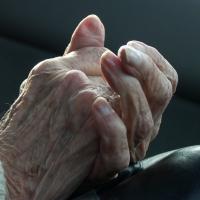 Омич во время уборки на балконе потерял три пальца