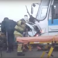 На омском мосту произошло смертельное ДТП с легковушкой и автобусом