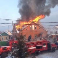 В Омске спасатели потушили двухэтажный коттедж