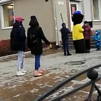 Видео про детей и мишку-промоутера вызвало неоднозначную реакцию омичей
