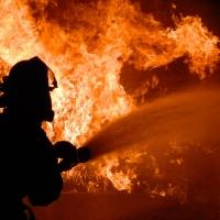 При пожаре в частном доме Омской области погибли двое детей и пенсионерка