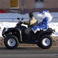 По Омску проехал Дед Мороз на квадроцикле