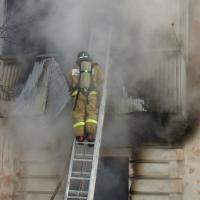 В Омске пожарные сняли 10 строителей с крыши
