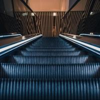 На эскалаторе в торговом комплексе Омска пострадал ребенок