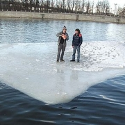 Спасатели и милиционеры сняли со льдины двух омичей