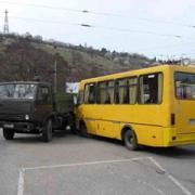 """В Омске """"КАМАЗ"""" врезался в автобус с детьми"""