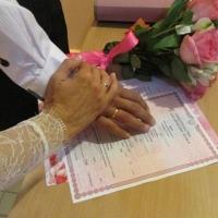 Две влюбленные пары сыграли свадьбы в омской колонии