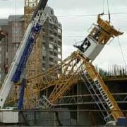 Строительный кран рухнул на жилые дома в Омской области