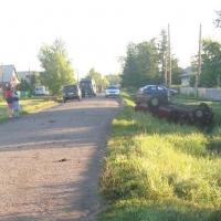 В Омской области «семерка» съехала в кювет и врезалась в кирпичное здание