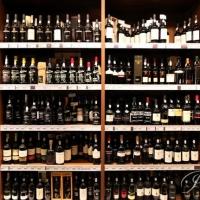В Омске полицейский похитил с работы 45 тысяч бутылок портвейна