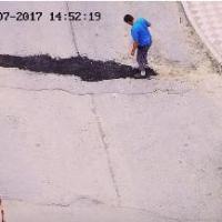 Иномарка и ледоруб помогли омичу отремонтировать дорогу