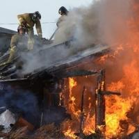Омские пожарные спасли соседний дом