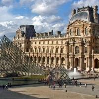 В Париже наводнение: Лувр закрыли, картины эвакуируют