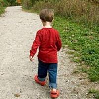 Сбежавшего из омского детсада малыша нашли прохожие на улице