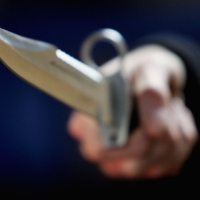 """В Омске грабитель ударил ножом пенсионера и угнал его """"семёрку"""""""
