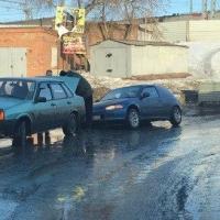В Омске провалилась иномарка у тоннеля на Серова