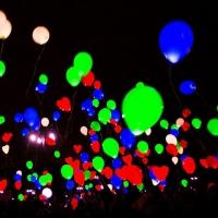 На Левом берегу запустили в небо сотни светящихся шаров