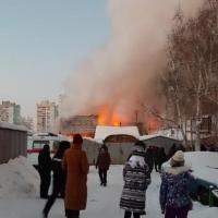 В Омске сгорел коттедж из-за позднего сообщения в МЧС