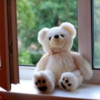 В Омске из окна выпала двухлетняя девочка