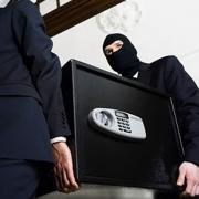 В Омске рецидивист похитил зарплату у коллег