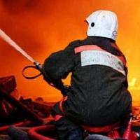 В Омске пожарные три часа тушили склад с продуктами