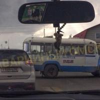 Раритетный автобус в Омске врезался в легковушку