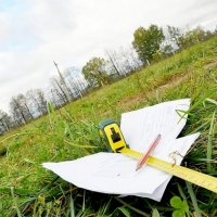 В Омском районе 59-летняя сотрудница сельсовета приписала себе 10 соток земли